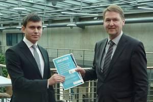 Konstantin Samarajev (links) bei der Verleihung der Urkunde