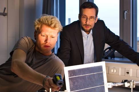 Professor und Student im Labor © HTW Berlin/Friederike Coenen