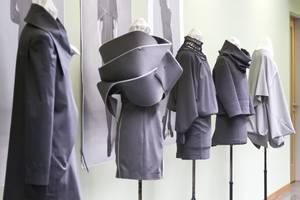Ausgestellte Kleider auf der Werkschau 2012