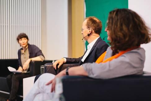 Professorinnen und Professoren diskutieren auf einem Podium © HTW Berlin/Alexander Rentsch
