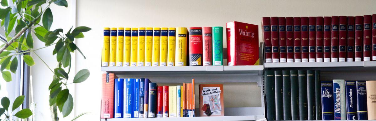 Regal mit Wörterbüchern