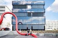 Zwei Studierende vor Gebäude H  © HTW Berlin/Maria Schramm