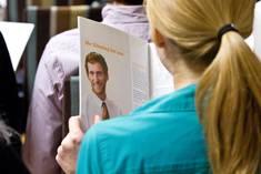 Studentin liest in einer Unternehmensbroschüre