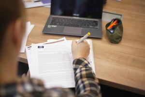Schülerin macht sich Notizen