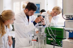 Studierende und Professorin im Labor