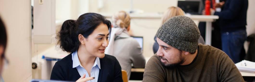 Studentin und Student im Gespräch