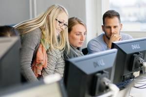 Drei Studierende am Computer