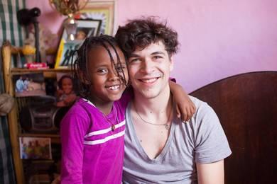 Ein Kind umarmt Johannes Engl