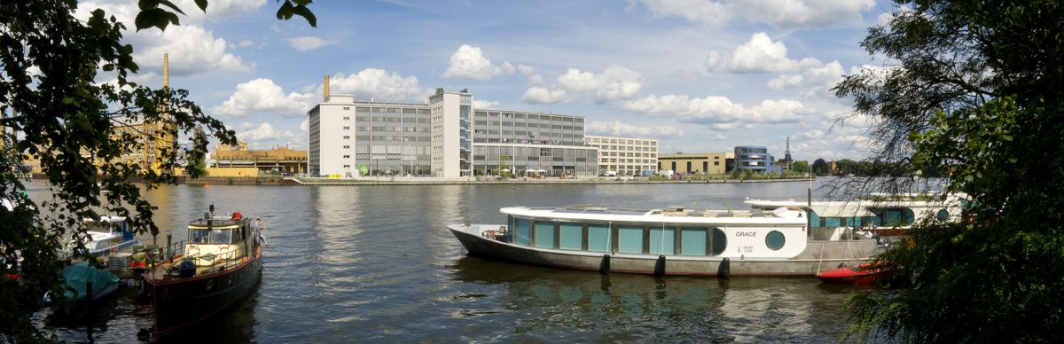 Blick auf den Campus Wilhelminenhof von der anderen Spreeseite aus