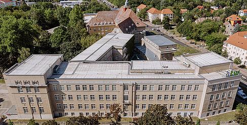 Blick von oben auf das Gebäude A auf dem Campus Treskowallee