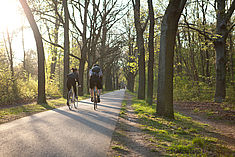 Zwei Fahrradfahrer in der Wuhlheide © HTW Berlin/Camilla Rackelmann