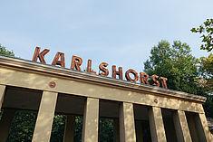 """Schriftzug """"Karlshorst"""" auf dem Eingang der Trabrennbahn © HTW Berlin/Alexander Rentsch"""