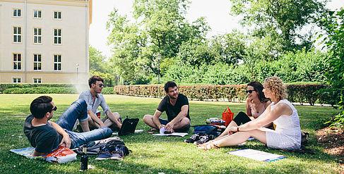 Studierende auf dem Campus Treskowallee