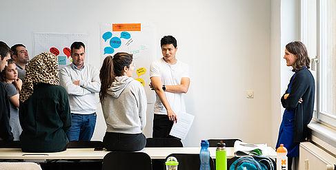 Studierende lernen zusammen in einem Raum