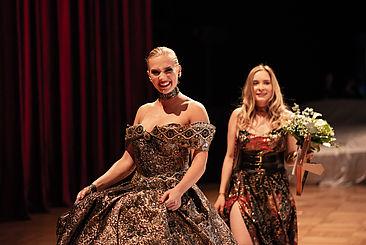 "Links Model mit dem Siegerentwurf ""Golden Pearl"", links Siegerin Julia Luedtke"