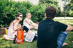 Studierende sitzen auf der Wiese © HTW Berlin/Alexander Rentsch