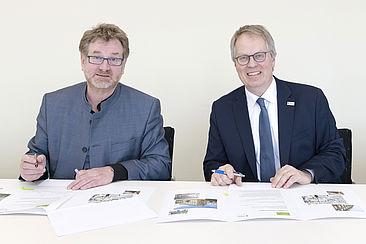 Carsten Busch und Ulrich Panne unterzeichnen den Kooperationsvertrag