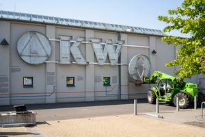 Montage des KWO-Logo an der Fassade © Jan Christoph Hartung