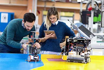Studierende in einer Werkstatt © istockphoto.com