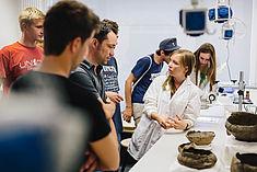 Studentin mit Interessierten im Labor
