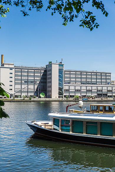 Blick auf Gebäude G auf dem Campus Wilhelminenhof vom anderen Spreeufer aus