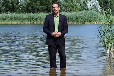 Volker Quaschning mit den Füßen im Wasser