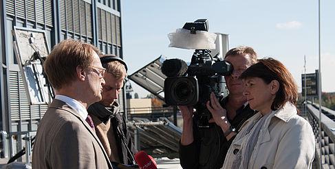 Interview mit dem Hochschulpräsidenten hinter der Mensa am Campus Wilhelminenhof