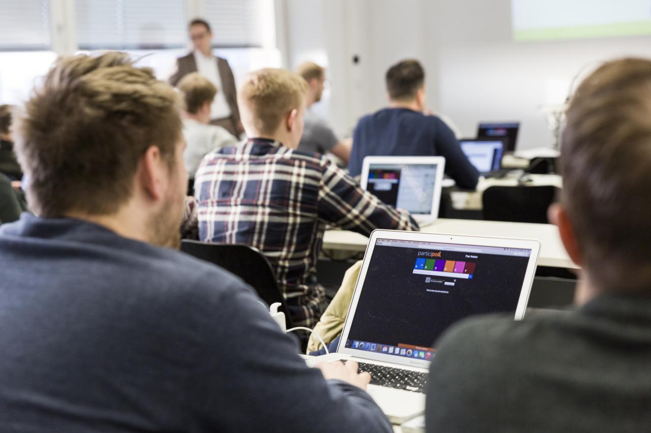 Studierende in einer Lehrveranstaltung mit einem Online-Tool