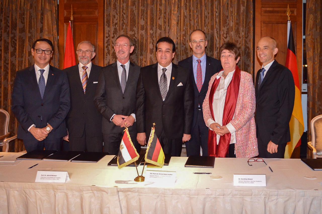 Die Unterzeichner_innen des GIU-Abkommens, darunter HTW-Vizepräsident Matthias Knaut (dritter von links)