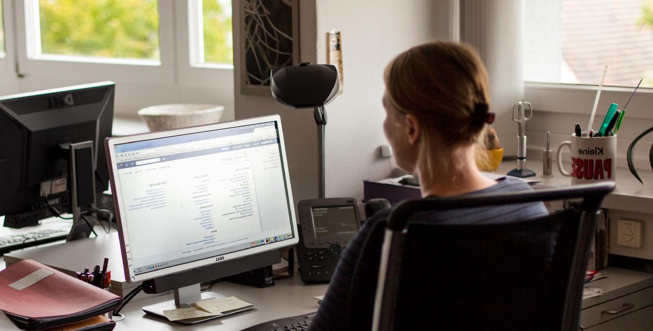 Mitarbeiterin am Computer