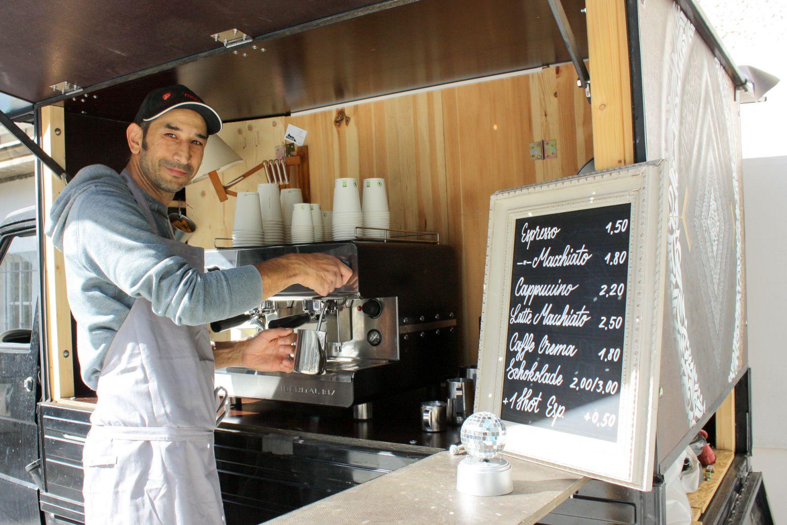 Ali Soudavar mit seinem Kaffeemobil