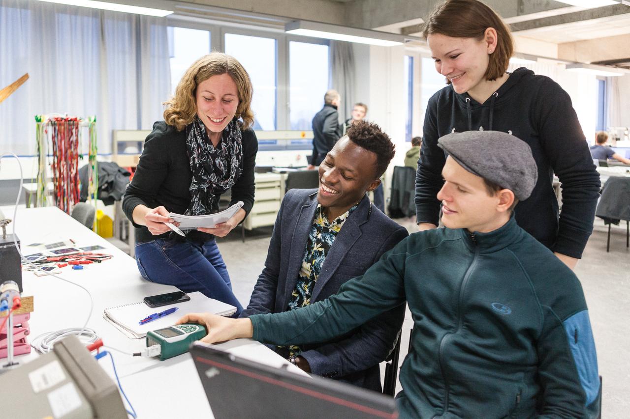 Studierende in einem Labor des Studiengangs Regenerative Energien