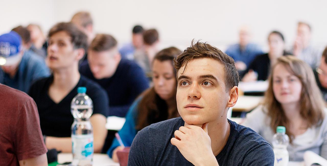 Student hört bei einer Lehrveranstaltung zu