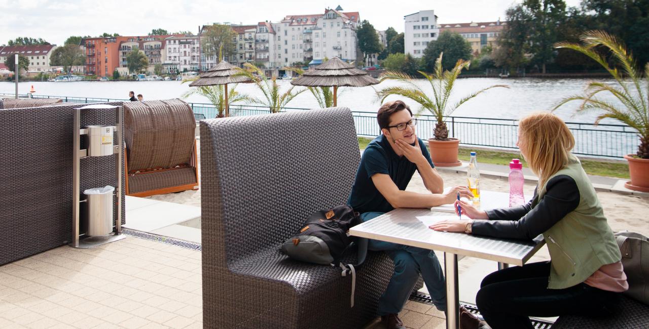 Studierende an der Strandbar