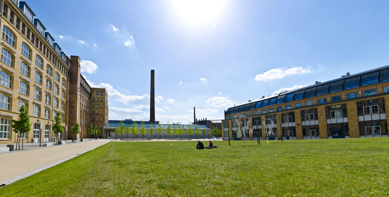 Innenhof auf dem Campus Wilhelminenhof, im Vordergrund zwei Studierende